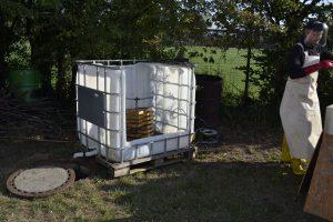 Rähmchen mit dem Hochdruckreiniger von der Lauge befreien