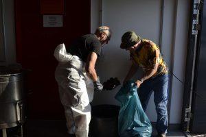 Reste für die Müllverbrennung bienendicht verpacken